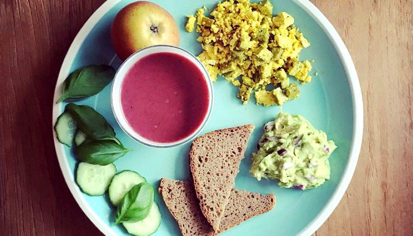 Tierleidfrei genießen: Avocadocreme, Rührtofu und rote Bete-Smoothie