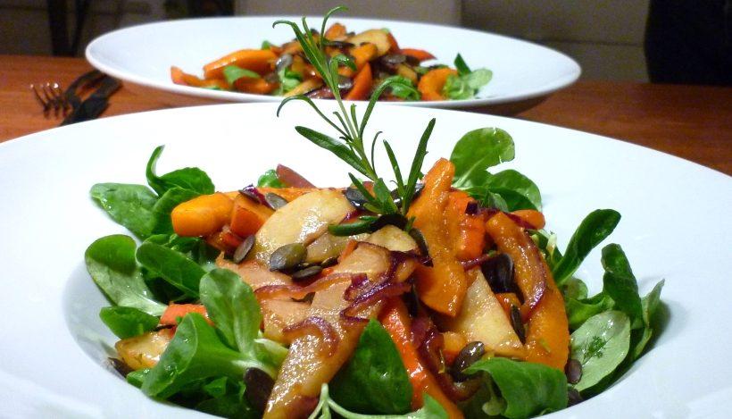 Tierleidfrei genießen: Rosmarin-Feldsalat mit karamellisiertem Kürbis