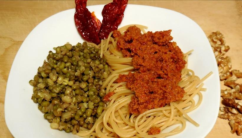 Tierleidfrei genießen: Pasta mit Walnuss-Tomaten-Pesto & Mungbohnen