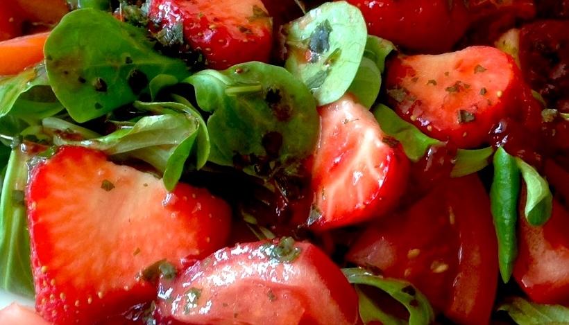 Tierleidfrei genießen: Fruchtiger Feldsalat mit Basilikumdressing