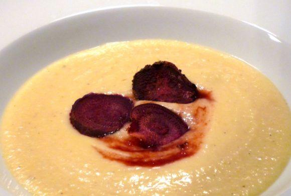 Tierleidfrei genießen: Pastinaken-Weinschaumsuppe mit gebackenen Gemüsechips