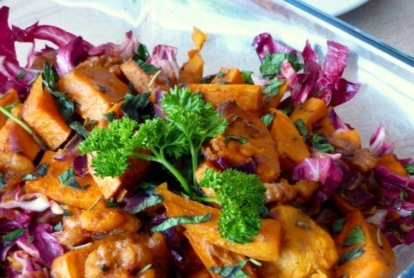 Tierleidfrei genießen: Süßkartoffelsalat mit Walnüssen und Minze