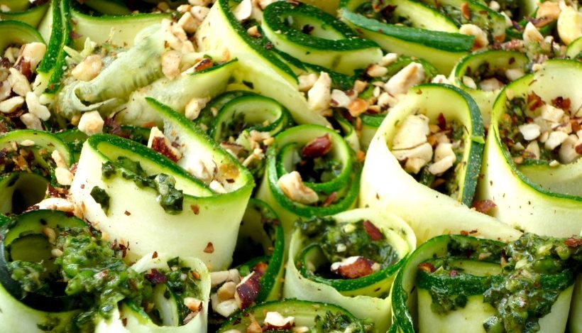 Tierleidfrei genießen: Zucchini-Pesto-Locken mit gerösteten Haselnüssen